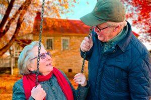 personas mayores realizando ejercicios para combatir la hipertension
